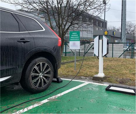 Samochód elektryczny podłączony do ładowarki