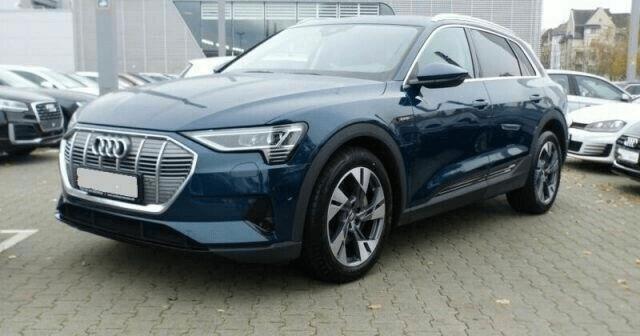 Audi e-tron na parkingu