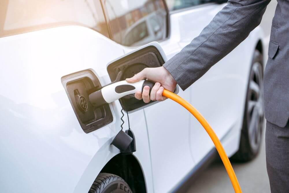 ładowanie samochodów elektrycznych na parkingu biurowym