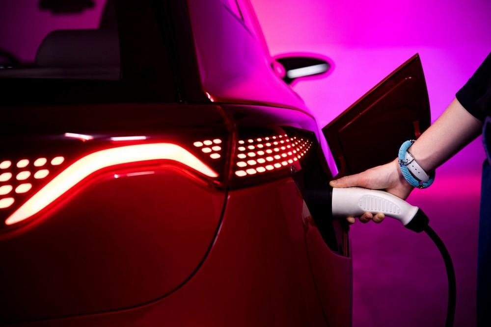 Ładowanie samochodu elektrycznego Izera