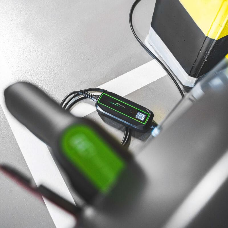 Ładowarka mobilna GC EV PowerCable Type 1 w garażu