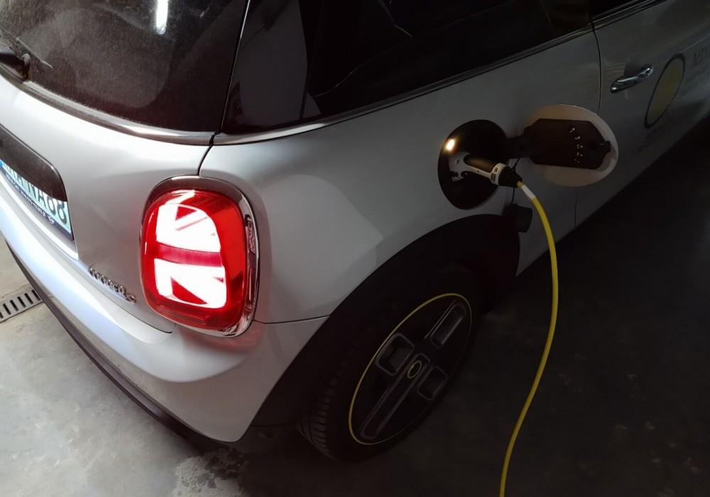 Ładowanie samochodu MINI Cooper SE