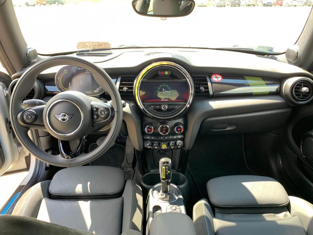Mini Cooper SE - wnętrze samochodu